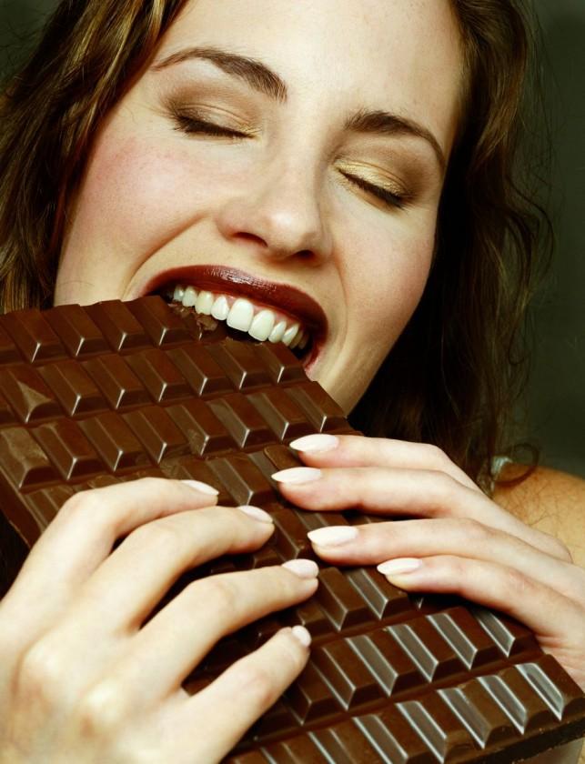 csokit evő lány