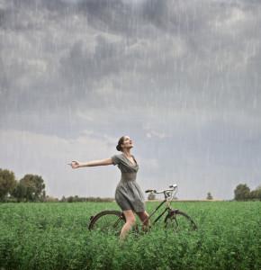 nő esőben