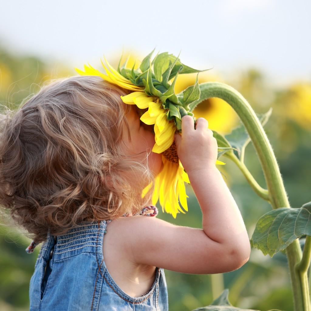 child-smelling-flower