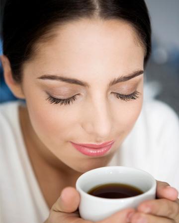 woman-smelling-coffee-vert