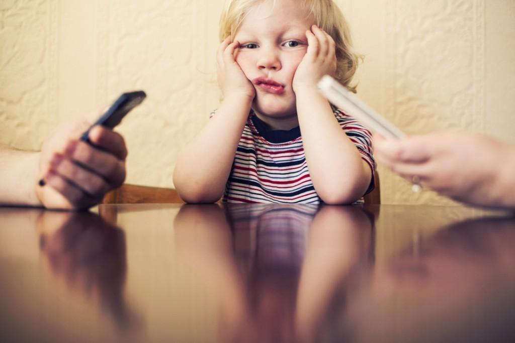 gyerek telefonozás