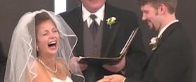 Amikor a menyasszony röhögésben tör ki az oltárnál