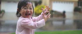 Amikor a kisgyerek először tapasztalja meg az esőt