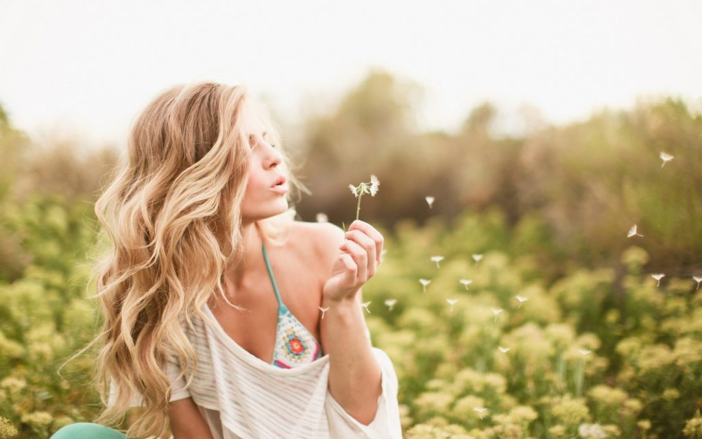 6959649-blonde-girl-dandelion-summer-mood