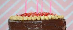 Boldog csokoládés-mogyorós szülinapi torta